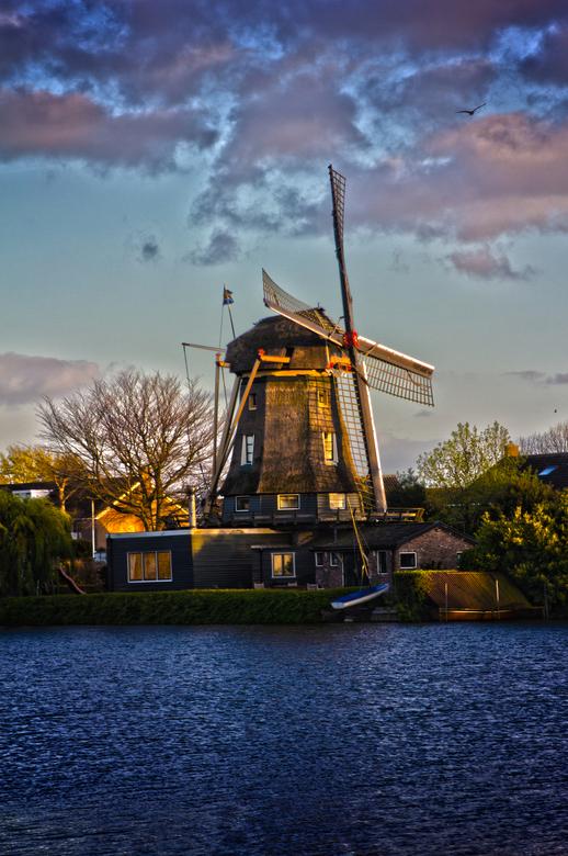 Hollandse molen on het avondlicht (hdr)
