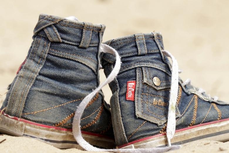 These boots are made for walking - De favoriete schoentjes van m'n dochter zijn nu  echt aan vervanging toe, al denkt zij daar anders over.