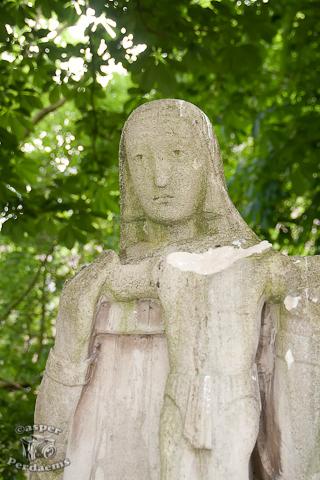 """Vandalisme! - Een of andere onverlaat vond het nodig om dit beeld te vernielen. Hij of zij heeft het hoofd van kindje Jezus eraf """"gehaald""""."""