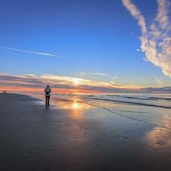 Strandwandeling in de ondergaande zon.