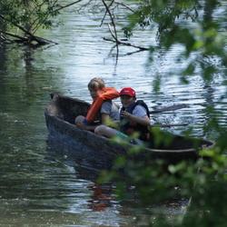 jongens in een kano