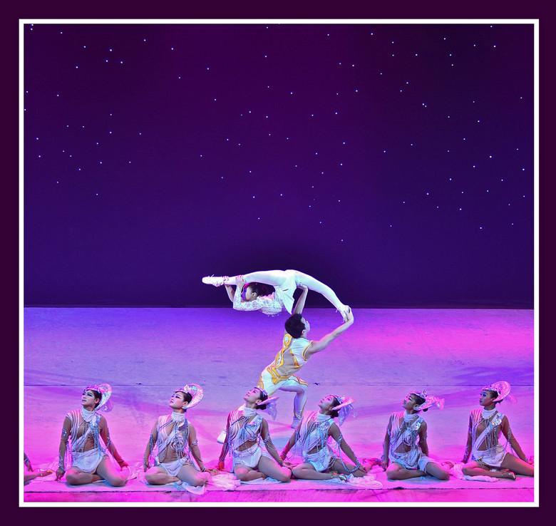Lenigheid - Als je in Beijing bent, wil je natuurlijk ook een acrobaten show zien, waar de chinezen, vooral de lenige Chinese meisjes, om bekend staan