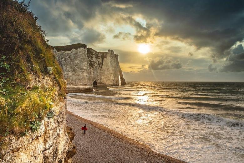 Etretat bij zonsondergang  - Etretat, een idyllisch kustplaatsje in Normandië, populair als vakantiebestemming, heeft mooie hoge kliffen in de rustige
