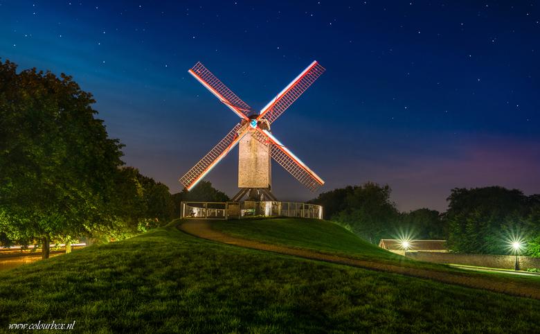 Onder de sterren - Een van de prachtige molens die ik in Brugge gefotografeerd heb afgelopen week. Overdag zijn de molens al mooi om te zien maar in d