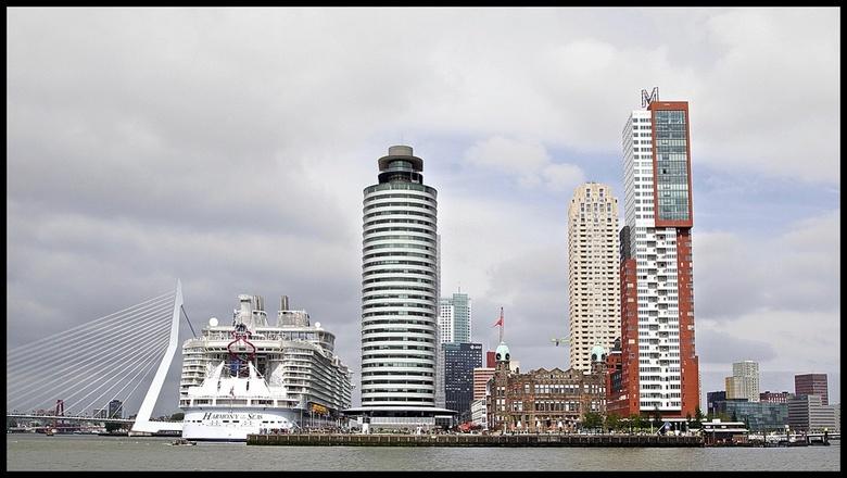 Big cruise ship in Rotterdam - Bedankt voor de waardering bij de vorige foto&#039;s ...<br /> <br /> Even vergroot bekijken ...Big cruise ship in Ro
