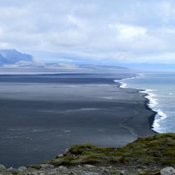 Lavazand en zee in IJsland