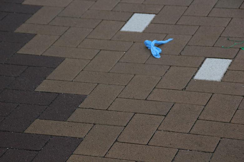 Per ongeluk... - een overgebleven stukgetrapte ballon na het ballonnetje trappen tijdens de Koningsspelen