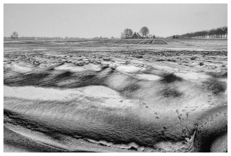 sneeuw en zand - door de wind is de sneeuw bedekt met zand.<br /> vondt het wel een leuk gezicht en apart.<br /> is een hdr maar heeft niet zo veel