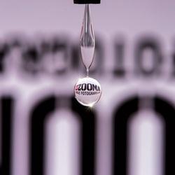 Zoom.nl logo reflecteert in druppel