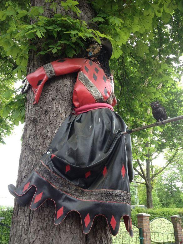 Heks vliegt tegen boom - Foutje, bedankt.<br />