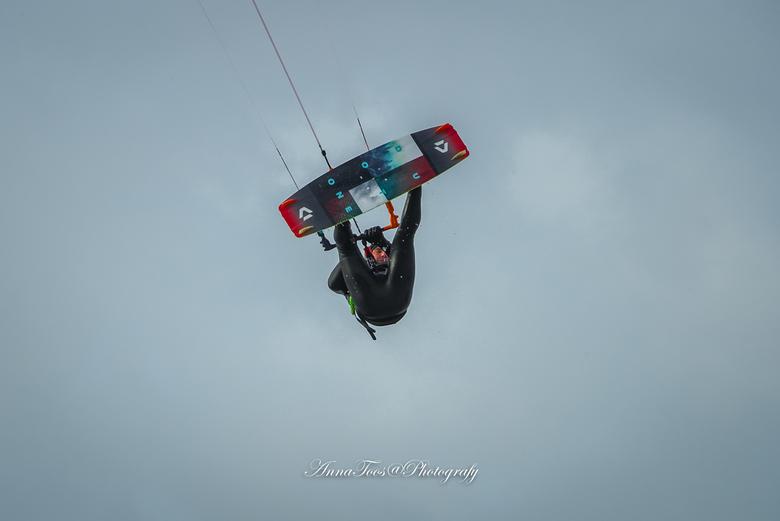 kite surfer-2 - Kite surfer hoog in de lucht