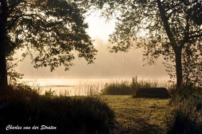Zonsopkomst bij de visvijver Dwingeloo - In alle vroegte (6 uur) de zonsopkomst boven de vijver. Ochtendnevel over het water.