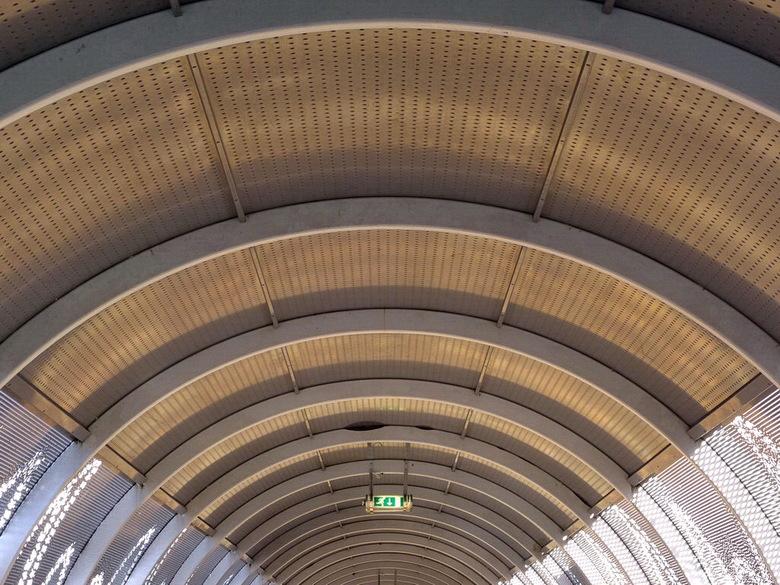 Loopbrug Media Park. - De bogen van de loopbrug van het station naar het Media park.<br /> Even een foto terug kijken voor de hele brug.<br /> <br /
