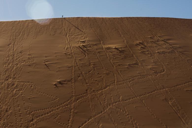 Walking at dune @Sossusvlei - Foto is gemaakt tijdens onze prachtige reis door Namibie en Botswana in juli 2017. Op deze foto loopt iemand boven op ee