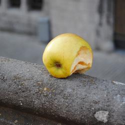 Straat stilleven appel
