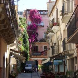 kleurig straatje in Taormina