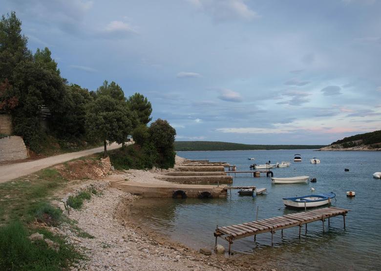 Baai aan de Adriatische kust - Baai aan de Adriatische kust bij Rakalj, Kroatië