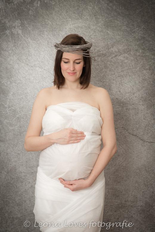 Kelly wrapped in paper - Mijn nicht Kelly 8 maanden zwanger.<br /> Een takje op haar hoofd maakt het net even anders. Welke foto vinden jullie het mo