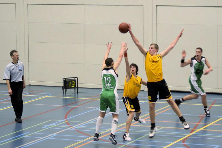 Geweldig blok tijdens basketbal wedstrijd - Tijdens de wedstrijd tussen greeneagles en grasshoppers onder 22 teams.