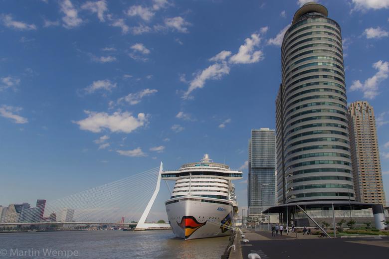 Cruise terminal Rotterdam - De Aida Prima bij de cruise terminal in Rotterdam. een imposant cruiseschip in een imposante haven.