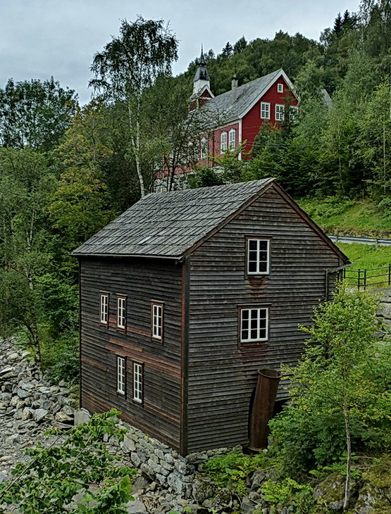 Ulvik Noorwegen. - Wandeling in Ulvik Noorwegen kerkje is niet meer als  zodanig in gebruik maar meer als clubhuis en voor feesten en partijen.<br />