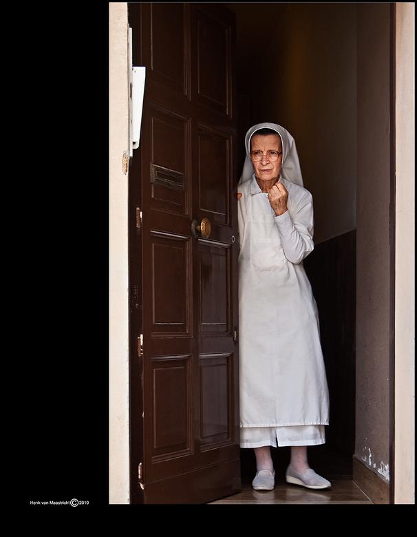 Ohjee - Deuren dicht het carnaval komt eraan.<br /> <br /> een nonneke in Rome.