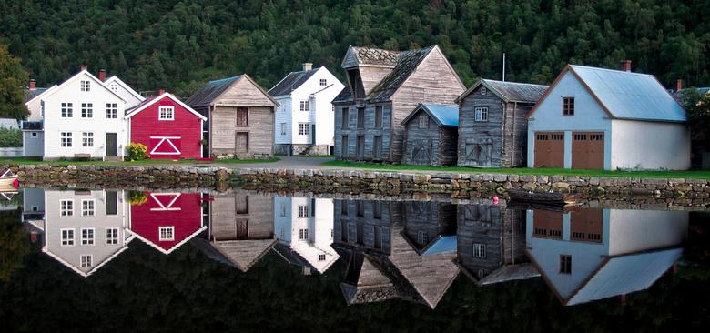 weerspiegeling in Leardalsoyri - Deze mooie huisjes kwam ik tegen in Noorwegen in het plaatsje Leardalsoyri. Dagenlang was het regenachtig en dus niet