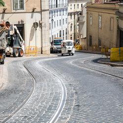 Tram slingerend door Lissabon