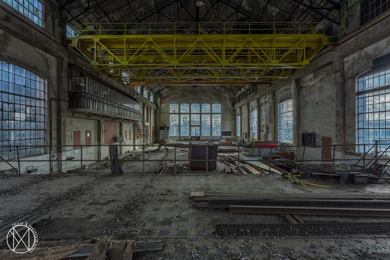 Eenzaamheid - Verlaten metaalfabriek ergens ten velde..