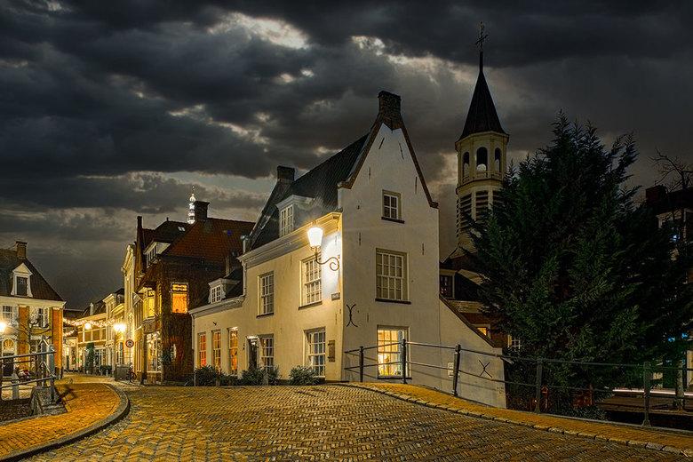 Amersfoort by night 3 - Na een uitstapje naar de winter, ga ik nu weer door met de avondopnamen van Amersfoort. Hier een mooi straatje in het oude cen