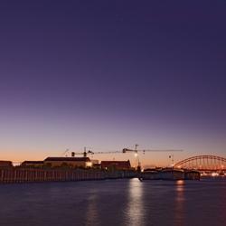 vallen van de nacht over de rivier de Noord