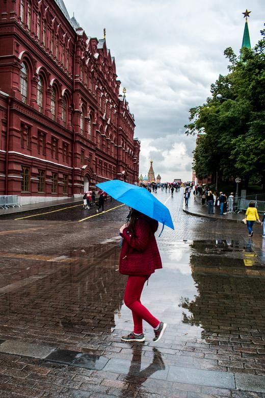 Moskou - Rode Plein - Ingang naar het Rode Plein en het Kremlin in Moskou net na een flinke regenbui.