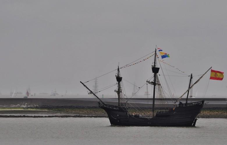 Sail-in-Delfsail--Delfzijl - -Delfzijl -<br /> Delfsail in een miezerig regentje van start.<br /> De replica van de 'Nao Victoria' werd in Spanje ge