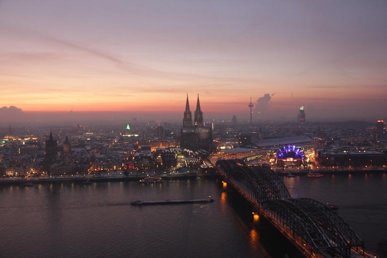 de avond valt - Uitzicht op de Dom in keulen bij avond.