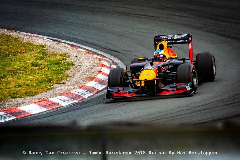 Daniel Ricciardo - Circuit Zandvoort - Max Verstappen in de Tarzan Bocht tijdens de Jumbo Race dagen 2018 Op Circuit Zandvoort. Red Bull Racing was aa