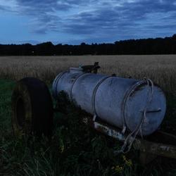 de avond valt op het platteland