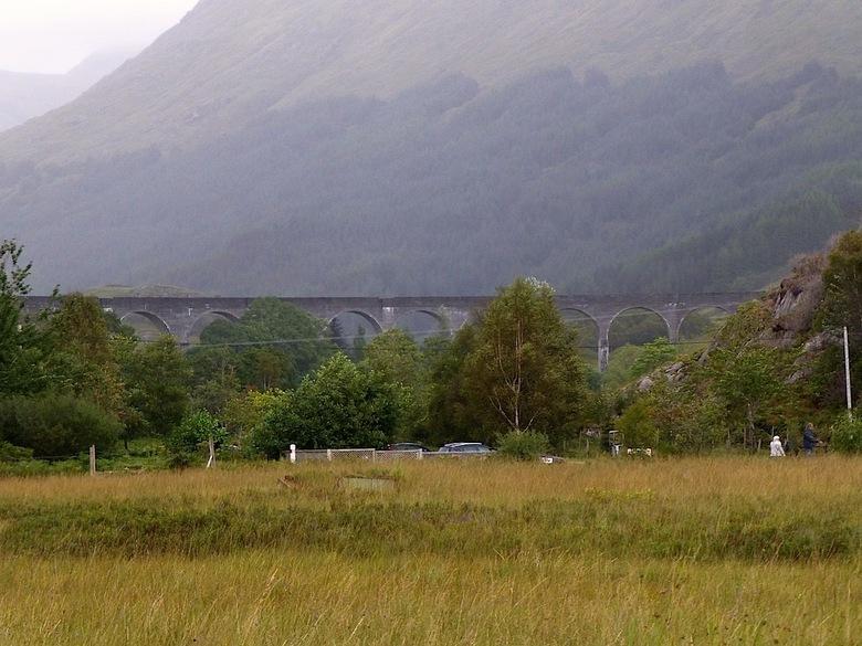 De Harry Potter Brug - Deze brug in het plaatsje Glenfinnan, is gebruikt in de films van Harry Potter. Ook nu nog rijd er een stoom trein, van Fort Wi