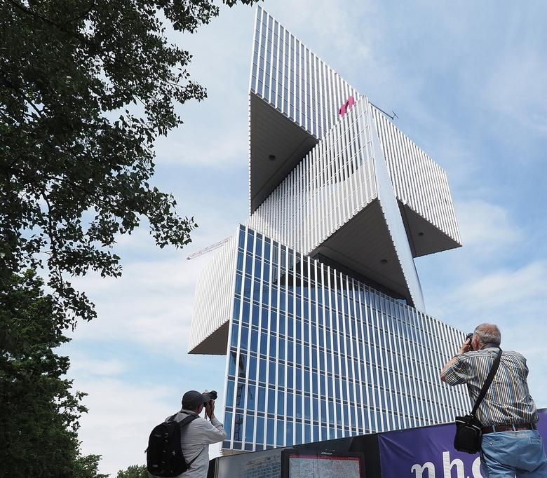 Architectuur Knallers - Met  Jaap en Henk...ze  bouwen weer knappe Kunstwerken bij de Rai...even snel in Kikker perspectief ...het  was  weer  geniete