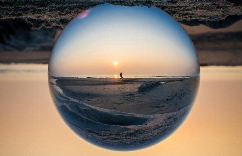 Zonsondergang gevangen in glas - Zonsondergang gefotografeerd door een glazen bol.