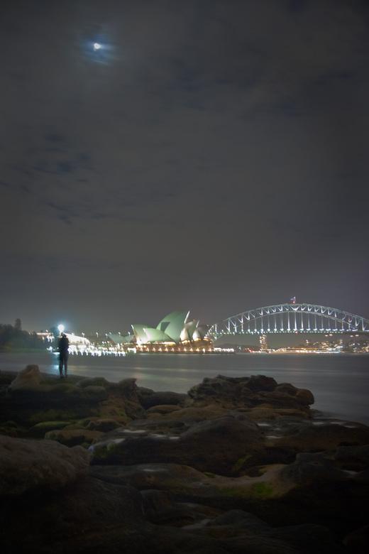 First kiss? - Dit kon bijna niet romantischer. Een kus onder maanlicht en een prachtig uitzicht op het opera house and de Harbour Bridge. Helaas is he