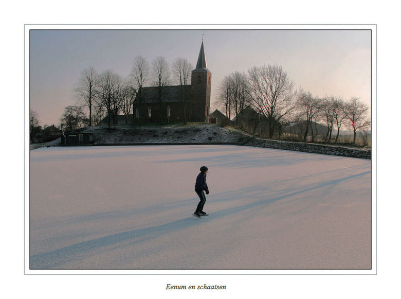Schaduwen op het Ijs - De afgegraven Wierde van Eenum is s,winters een ijsbaan<br /> Zo kun je ook mooi zien hoe scheef de toren staat,<br /> <br />