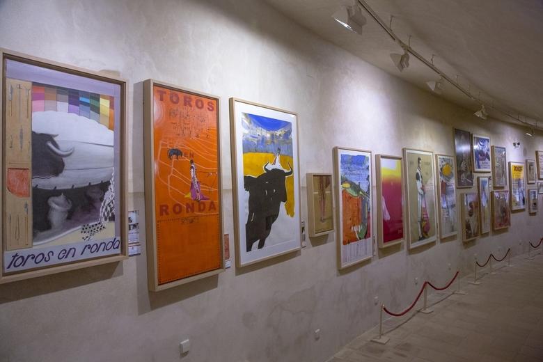 Spanje 37 - In de gangen van de stierenvechtersarena hangen affiches uit het verleden.