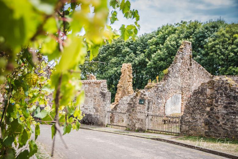 Oradour-sur-Glane - Het bloedbad van Oradour-sur-Glane vond plaats op 10 juni 1944 in de Franse plaats Oradour-sur-Glane. Het dorp werd die dag door h