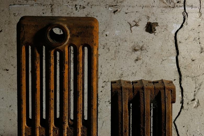 In de kou. - In een dorp in de Morvan woont George; een gepensioneerde aannemer. Een werkplaats klinkt in het Frans heel chique: atelier. Het atelier