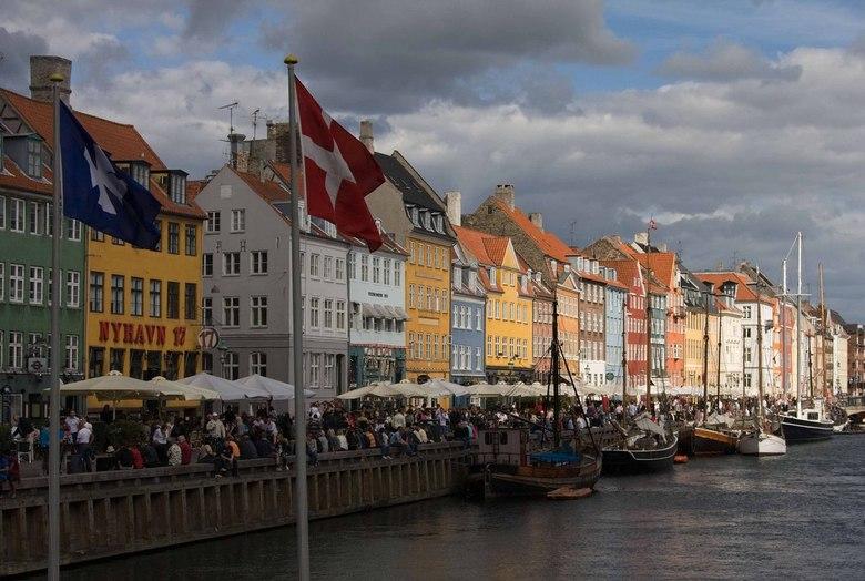 Kopenhagen, Nyhavn - Zaterdagmiddag in Kopenhagen. Veel terrasjes en veel publiek. Erg gezellig.