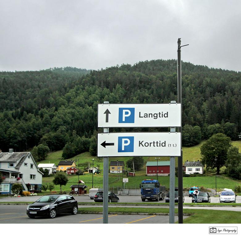 """Geirangerfjord 3 - Vrouwenparkeerplaats ??? raar taaltje hebben ze daar in Noorwegen hoor... <img  src=""""/images/smileys/wilt.png""""/><br /> groetjes, i"""
