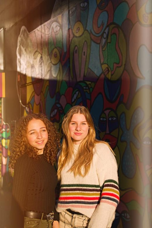 Portret Amber en Maud - Dit portret is gemaakt naast de Jamin in Rotterdam voor een graffiti muur. Tijdens zonsondergang.