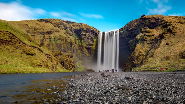 Skogafoss - Skogafoss is een van de bekendere watervallen in de buurt van Reykjavik (+-150km). Een mooie hoge waterval, waar je ook naar boven kunt lo
