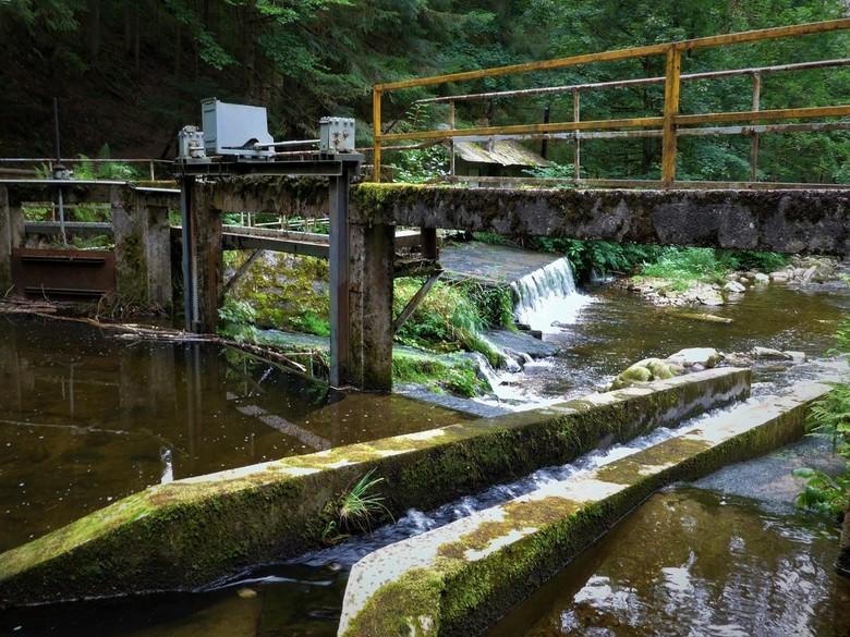 groene energie - Geloof het of niet: hier werd ooit met behulp van eenvoudige stuwen in de rivier energie opgewekt voor de textielindustrie. Dit enigs