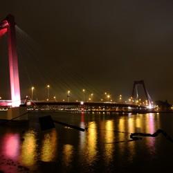 Willemsbrug Rotterdam bij nacht